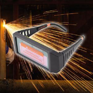 Automatikusan sötétedő hegesztő szemüveg, napelemes akkumulátorral