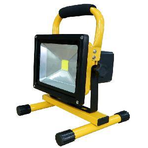 Led akkumulátoros hordozható. újratölthető reflektor fényvető 20W